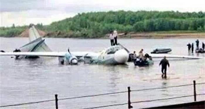 Hình ảnh chiếc máy bay ATR 72 của hãng hàng không Lao Airlines rơi trên đoạn sông Mekong chiều 16/10