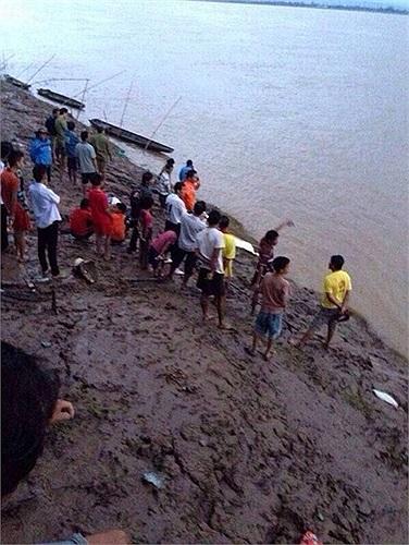 Dân địa phương đổ ra bờ sông Mekong. Nhiều mảnh vụn máy bay gặp nạn bắn tung tóe. Chiếc ATR-72 xuất phát từ thủ đô Vientiane đến sân bay quốc tế Pakxe gặp nạn vào khoảng 16h chiều 16/10. Nhiều hãng truyền thông đưa tin, hậu quả của bão Nari có thể là