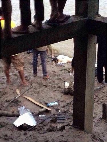 Một mảnh vỡ máy bay trên bờ sông. Reuters miêu tả cảnh được chiếu trên truyền hình Thái Lan với xác máy bay bị ngập lưng chừng với phần đuôi bị hư hại nặng nề. Ảnh: Hilight.kapook.