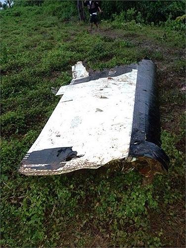 Mảnh xác máy bay vương vãi