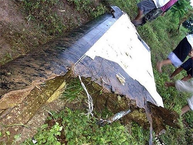 Một mảnh vỡ máy bay trên bùn đất. Theo hãng thông tấn quốc gia Lào KPL, chiếc máy bay đang chuẩn bị hạ cánh thì một luồng gió mạnh dường như đã đẩy nó ra xa khỏi sân bay. Ảnh: Thaiza