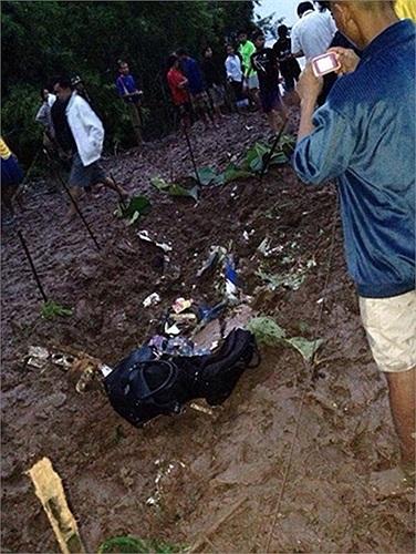 Một người chụp lại thứ có vẻ như là hành lý trên chiếc máy bay gặp nạn. Ảnh: Thaiday