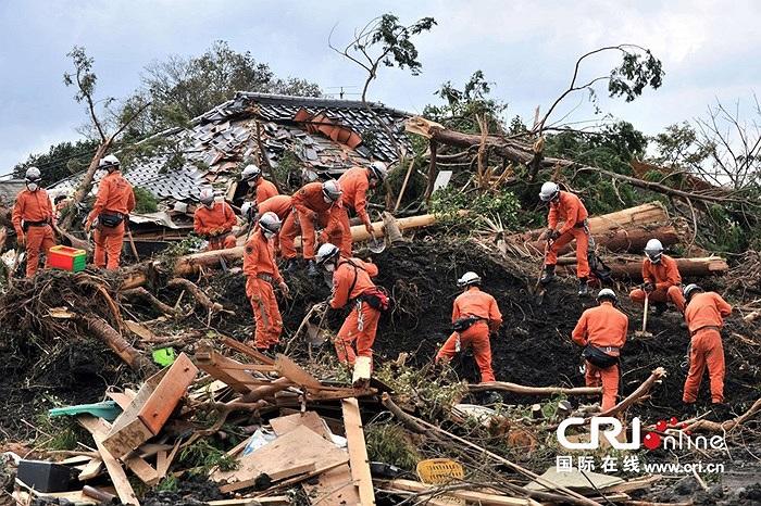 Nhân viên cứu hộ tiếp tục tìm kiếm những nạn nhân mất tích sau siêu bão Wipha