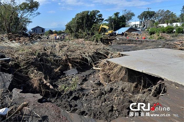 Siêu bão Wipha kèm mưa lớn gây sạt lở đât và lũ lụt ở đảo Oshima, cách Tokyo 120km về phía Nam hôm 16/10