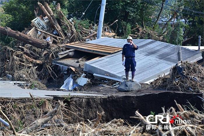Cảnh hoang tàn trên đảo Oshima sau khi siêu bão Wipha đi qua