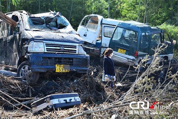 Nhiều ô tô bị phá hủy, nhà cửa đổ nát sau siêu bão