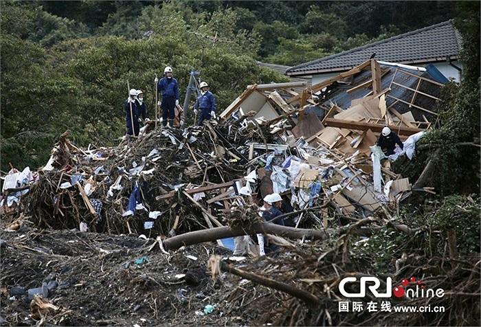 Nhân viên cứu hộ tiếp tục tìm kiếm những nạn nhân mất tích