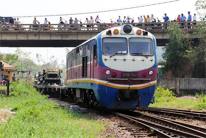 Đoàn tàu chở xe quân dụng phục vụ Lễ Quốc tang Đại tướng Võ Nguyên Giáp trở về ga Đồng Hới, Quảng Bình.