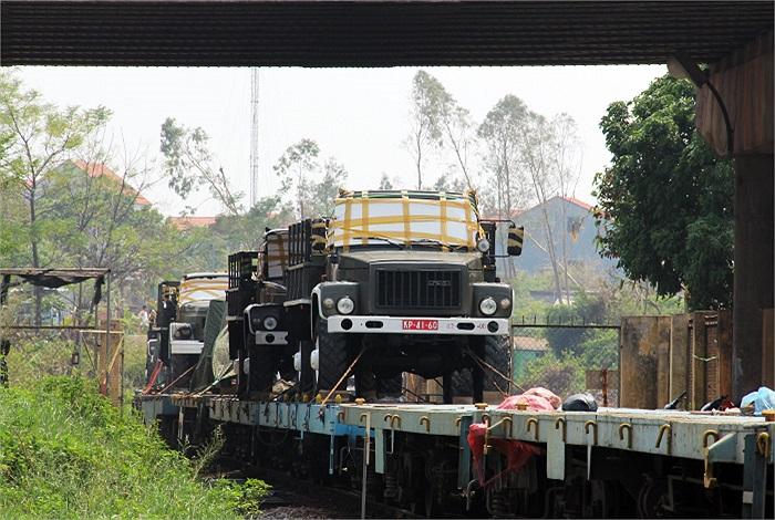 Đoàn xe này được điều động từ Bình Dương ra do Tổng cục vận tải, Tổng cục hậu cần đảm nhiệm vận chuyển.