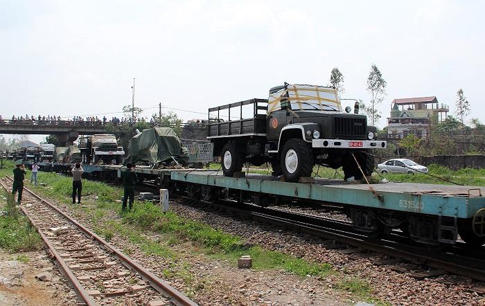 Đoàn xe gồm hai xe chở Quốc kỳ, Quân kỳ...