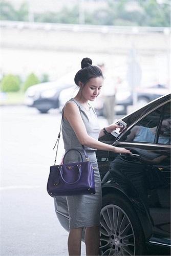 Nữ ca sỹ 'Đồng xanh' rời khỏi sân bay, tiến thẳng tới chiếc siêu xe 7 tỷ đứng chờ sẵn.