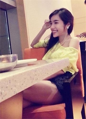 Elly Trần cũng lả lơi vai trần khi đi chơi 20/10 cùng bạn bè.