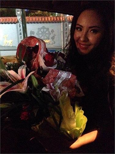 Phương Linh khoe những bó hoa nhận được từ bạn bè, fan hâm mộ.