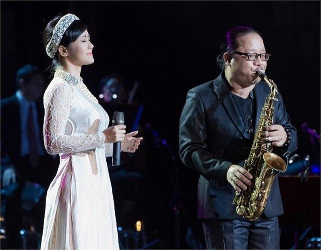 Một bức ảnh rất đẹp: Hồng Nhung bên nghệ sỹ saxophone Trần Mạnh Tuấn.