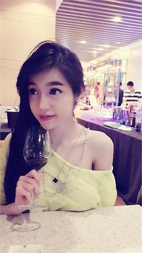 Người đẹp sở hữu gương mặt trẻ thơ nhưng thân hình nóng bỏng quyến rũ.