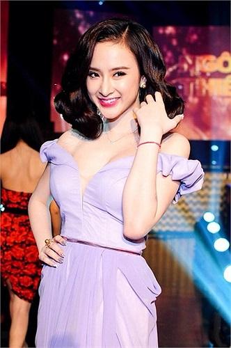 Angela Phương Trinh gợi cảm khi tới tham dự một sự kiện.