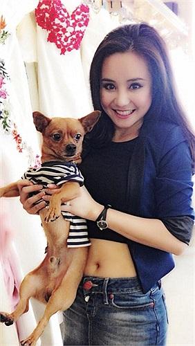 Vy Oanh bên chú thú cưng đáng yêu.