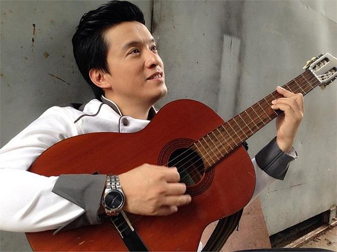 Lam Trường lãng tử bên cây đàn guitar.