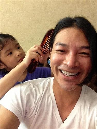 Trần Bảo Sơn khoe những hình ảnh vui đùa bên cô con gái cưng.