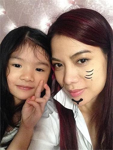 Trương Ngọc Ánh cũng tạo dáng bên công chúa nhỏ Bảo Tiên.