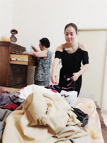 Nữ hoàng nhạc dance phân loại quần áo đi từ thiện.