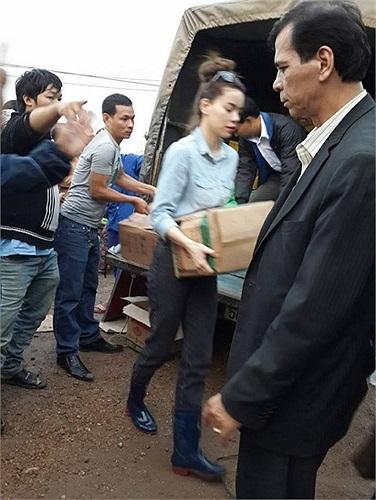 Hồ Ngọc Hà giản dị đi từ thiện.