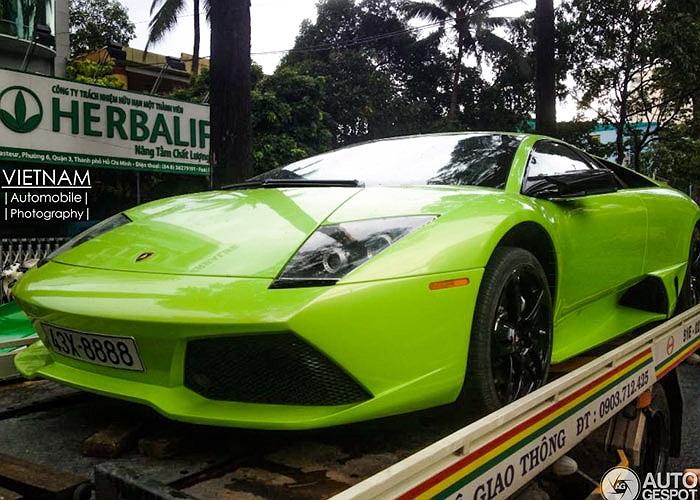 Siêu xe Lamborghini Murcielago LP 640 biển tứ quý 8 bị bắt gặp trên xe cứu hộ sau một trận mưa lớn