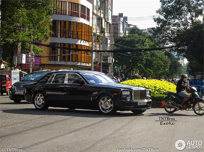 Vừa mới tái xuất trên đường phố Sài thành, chiếc Rolls-Royce Phantom biển khủng của nữ đại gia đã lọt vào ống kính của các tay săn ảnh cho Autogespot.