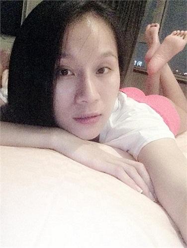 Thái Hà tạo dáng cả trước khi đi ngủ.