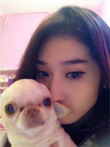 Khổng Tú Quỳnh xinh đẹp tạo dáng bên thú cưng.