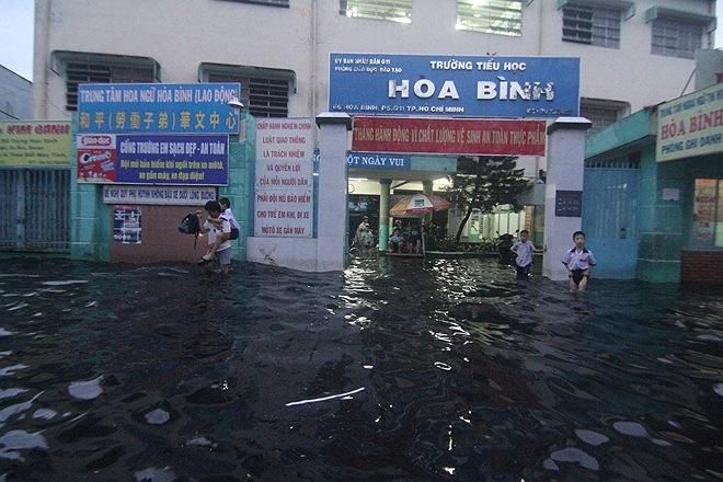Cứ khi trời mừa là Trường tiểu học Hòa Bình, phường 5, quận 11 lại ngập lên láng dòng nước đen ngòm. (Theo Tri Thức)