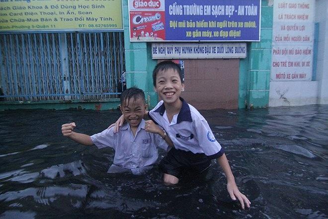 Nhiều học sinh thích thú nghịch nước.