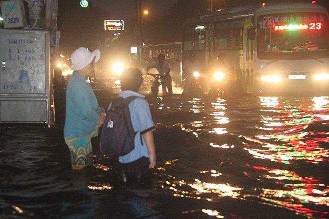 Đến gần 19 giờ, nhiều phụ huynh học sinh vẫn chưa về tới nhà được vì nước ngập sâu, xe cộ qua lại đông. Nỗi ám ảnh nhất khi nước ngập với nhiều người là xe buýt.