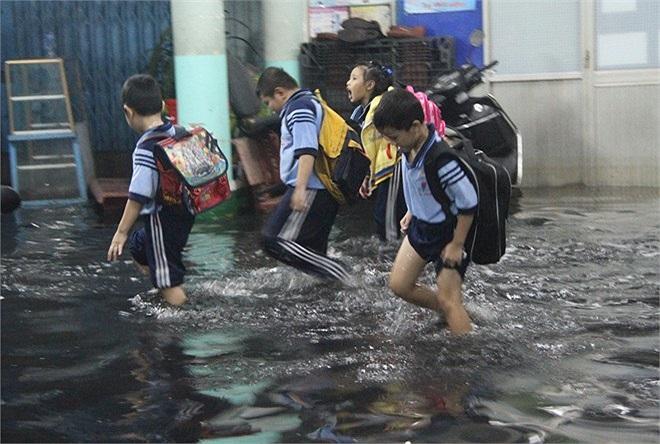 Những cô cậu học trò đã quá quen với cảnh phải lội nước sau cơn mưa.