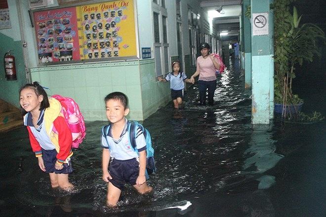 Tan trường từ 17 giờ nhưng đến 18 giờ, trong sân trường vẫn còn nhiều học sinh chờ phụ huynh đến đón.