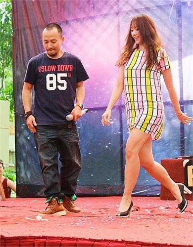 Với tư cách khách mời, hot girl Hàn Quốc Hari Won cùng bạn trai - rapper Tiến Đạt đã dành tặng sinh viên ĐH Ngoại thương một điệu nhảy cực sung.