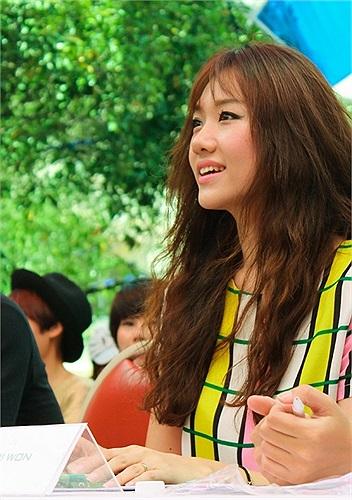 Hari là một trong những vị khách mời đặc biệt làm BGK cho cuộc thi nhảy. Cô nàng không khỏi vui mừng và thể hiện khả năng nói tiếng Việt vô cùng lưu loát.