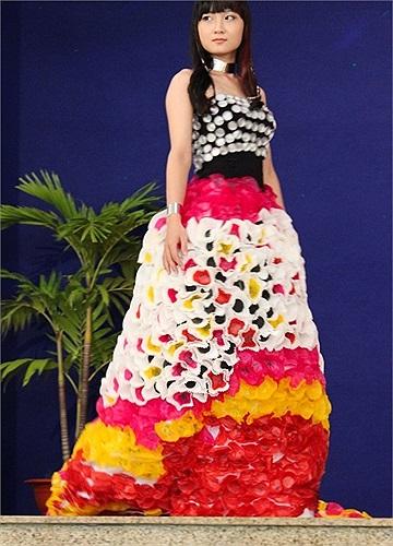 Một bộ trang phục với chân váy được tạo thành từ hàng trăm cái vỏ khay bánh cupcake.