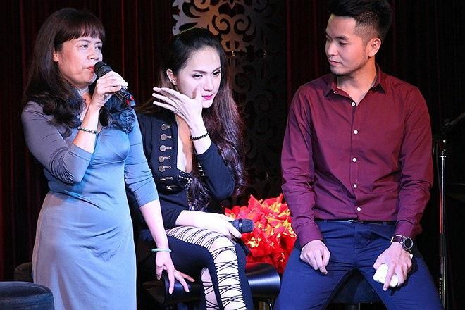 Trước tình cảm, sự động viên của mẹ dành cho những khó khăn của mình thời gian qua, Hương Giang đã bật khóc trên sân khấu.