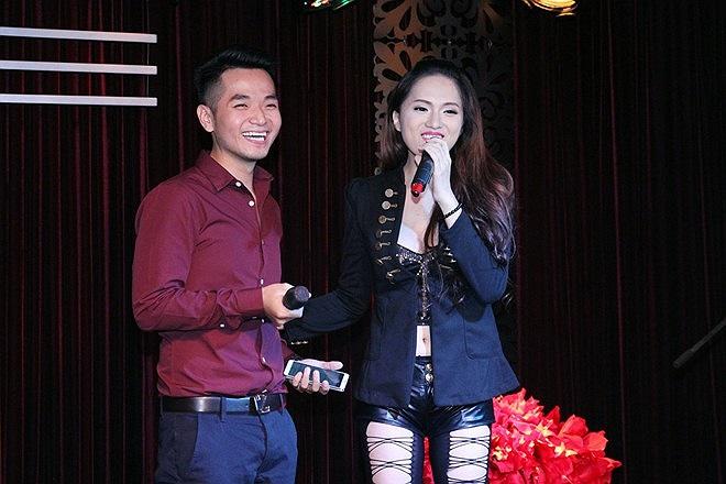 Ngoài những giây phút yếu lòng, Hương Giang được khen là người thật thà, có lối nói chuyện thẳng thật và hài hước. Cô liên tục bắt lỗi làm MC của cậu bạn thân Hồng Phước.