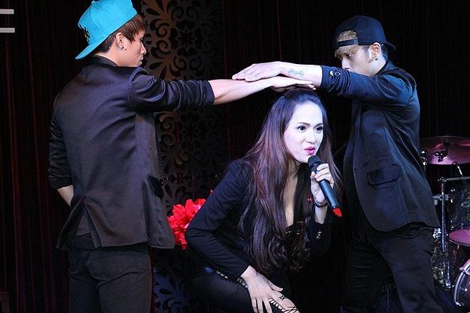 Đây cũng là MV khiến Hương Giang tốn nhiều sức lực và đầu tư không ít tiền bạc. Do đó, khi nhận được nhiều lời khen về vũ đạo, giọng hát và cả nhan sắc, nữ ca sỹ cảm thấy rất hạnh phúc.