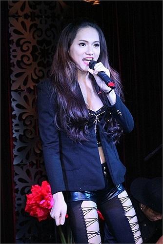 Những ca khúc trong Thủy Ngân đều sáng tác dành riêng cho chất giọng của Hương Giang. Đó là những câu chuyện tình cảm có thật của cô ca sỹ chuyển giới hay là những băn khoăn khi chập chững bước vào nghề và nhận không ít điều tiếng.