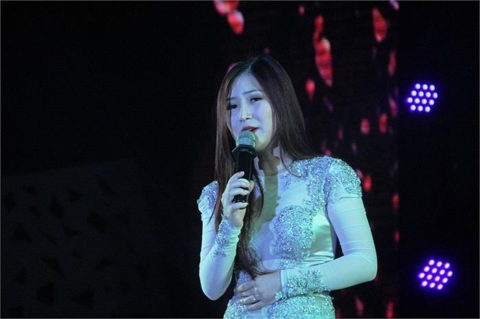 Quán quân The Voice Hương Tràm xinh đẹp hát giao lưu cùng sinh viên