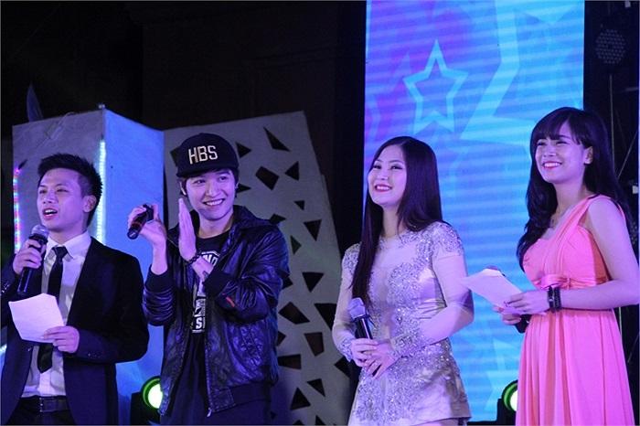 Hương Tràm và Trần Hoàng đều chia sẻ rằng rất bất ngờ với tài năng ca nhạc của sinh viên Phương Đông