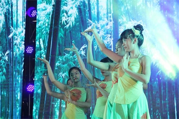 Nữ sinh Phương Đông uyển chuyển trong tiết mục múa 'Trúc mai'