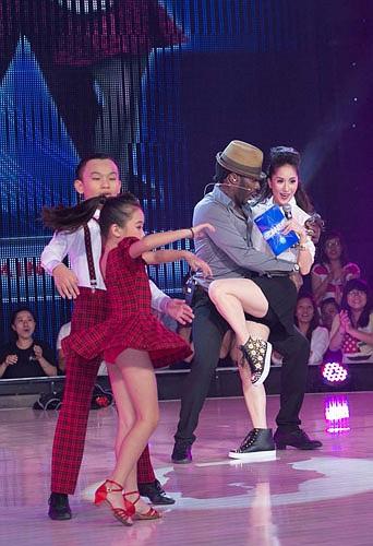 Tuy nhiên, trong liveshow 2 tối qua 26/10, Khánh Thy đã thoát khỏi mối lo ngại này. Kiện tướng Dancesport gây ấn tượng với vẻ trẻ trung bên Alfredo Torres.