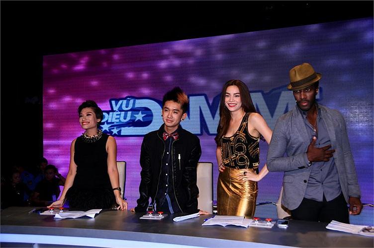 Trong chương trình, dàn giám khảo cũng gây ấn tượng gồm: Alfredo Torres, ca sỹ Hồ Ngọc Hà, biên đạo Trần Ly Ly và Dumbo - Nguyễn Hữu Quốc Vinh.