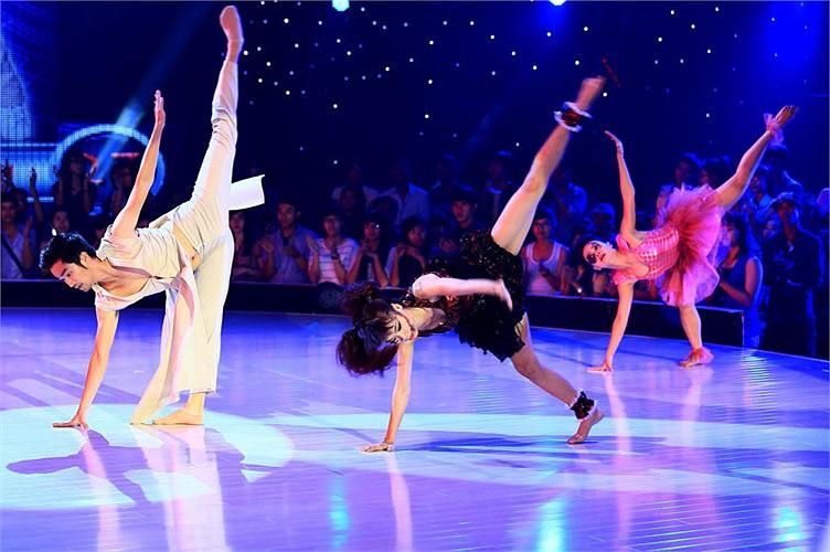 Thí sinh Duy Khánh và cặp đôi Hồng Sâm, Xuân Thảo thể hiện Ballet, múa đương đại. Hồng Sâm và Xuân Thảo được BGK khen ngợi.