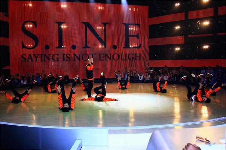 Còn nhóm S.I.N.E, Hồ Ngọc Hà bày tỏ: 'tôi và các bạn đã đối mặt với nhau rất nhiều rồi. Nếu các khán giả quan tâm tới nhảy thì cũng biết S.I.N.E đại diện cho Việt Nam đi tới cuộc thi nhảy ở Singapore và đã giành giải nhất...