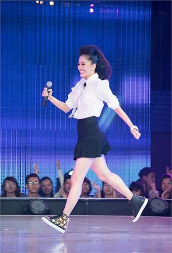 Cô liên tục phải đứng ra 'chịu trận' và phản pháo ban giám khảo để bảo vệ các thí sinh của mình.